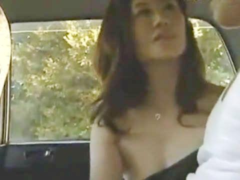 【ヘンリー塚本】熟女の巨乳人妻が我慢出来ず車中で手コキ&イラマチオしてカーセックス