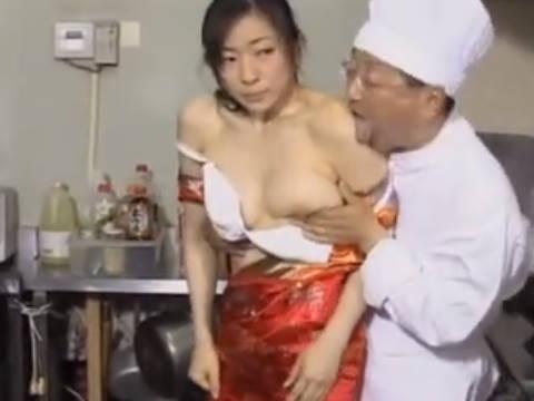 【ヘンリー塚本】旦那さん呼んでくれたんだろ?...借金を肩代わりする爆乳人妻がチャイナドレスで手コキで寝取られ