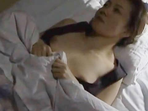 【ヘンリー塚本】胸元から覗く胸のふくらみが眩しく目に飛んでくる…四十路の爆乳人妻が家賃代わりに大家に寝取られる