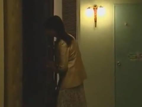 【ヘンリー塚本】巨乳人妻がポルノ映画館で男をナンパしち○ぽを手コキ&イラマチオで寝取られ