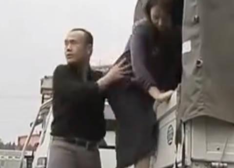 【ヘンリー塚本】全部、脱ぐんだ…熟女な巨乳人妻が街中で停めた車の暗い荷台で熟年男に寝取られる