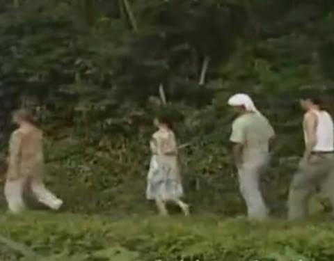 【ヘンリー塚本】約束通り落とし前をつけてもらうからな…巨乳女が野外で3人の男を順番に手コキ&イラマチオしてるのを覗かれる