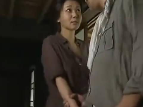 【ヘンリー塚本】貴方のマラが世界で一番愛おしいです...巨乳人妻がマラを手コキ&イラマチオして近親相姦