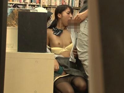 本屋で一人立ち読みしているJKのマンコにドラッグを塗りたくり、男二人で代わる代わる店内レイプ!