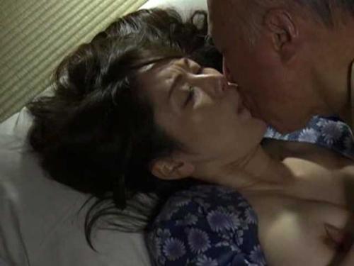 病に伏した夫の看護で疲労困憊…肩を揉んでねぎらう義祖父だが、その手は段々下へと下がっていき・・・