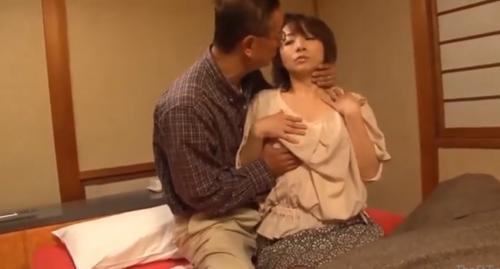 夫婦でナンパされスワッピングで巨乳の人妻に中出しを決めるエロ男