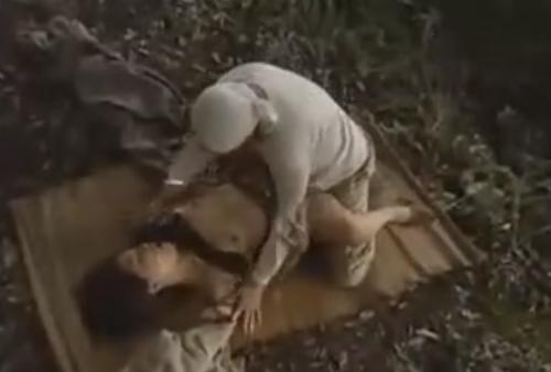 【ヘンリー塚本】男とヤリたい人妻はどこへだって出かけ行き交尾する!