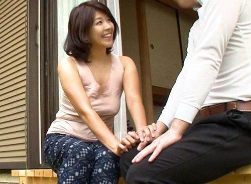 【人妻NTR】夫とセックスレスなのか昼間から男を誘う痴女!