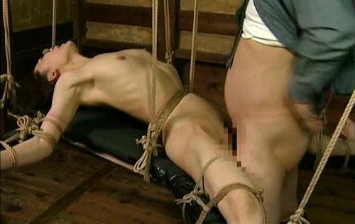 【人妻レイプ】悲惨!吊るされ、まわされ、兵隊どもに犯される捕虜。犯され方がヤバすぎる!