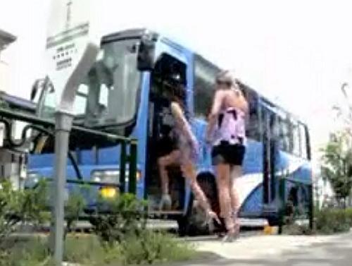 【痴漢】バスで痴女る二人組のギャルが淫乱過ぎる!