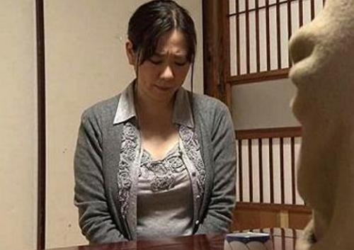 【ヘンリー塚本】夫が服役中で寂しい人妻はレイプされるが感じてしまい寝取られた!