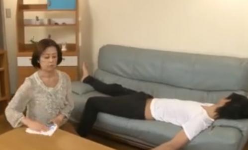 【山本遥】六十路の綺麗な母が寝ている息子の物が勃起しているのを見つけて欲情!