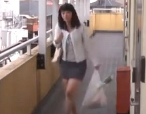 【人妻レイプ】盗撮し弱みを握った管理人が生ハメSEXを要求するヤバイやつ!