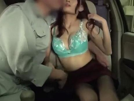 狭い室内でカーセックスを楽しむ爆乳の不倫妻!