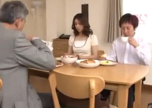 【近親相姦】夫が出掛けると直ぐに息子とハメる淫乱熟女!