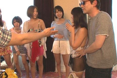 人気AV女優がパーティに参加!一挙に男たちを奪い合う中出しヤリ―サーパーティになりました!