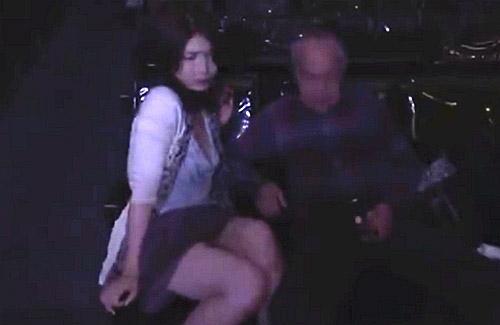 【ヘンリー塚本】セックスレスの人妻が男漁りにポルノ映画館へ通う!