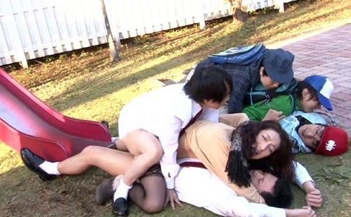 【母子相姦】兄弟が公園で遊んでいたら偶然チ〇コが2穴に刺さっちゃいました!