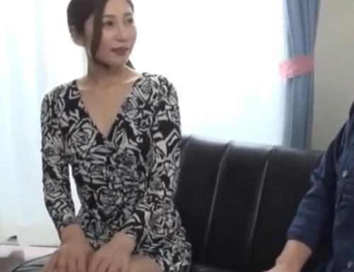 【佐々木あき】卑猥なお姉さんが乳首を舐めまわしながら手コキで責め立てザーメンを絞り取る!