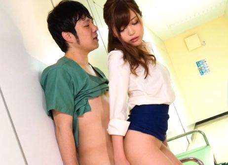 《榊梨々亜》スケベな痴女医の淫らな誘惑!若手医師と院内SEXしちゃいます!