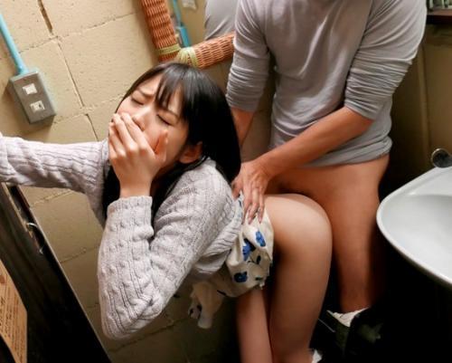 《さくらゆら》他ロケの合間に突然始まるAV撮影!美少女が声出しNG状況で激ピストンでハメ倒されちゃいます!