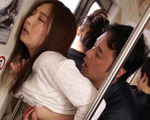 【痴漢】嫌悪感を抱きながらも密かな期待を抱くあきは、今日も同じ時間の電車に乗り込んで…。
