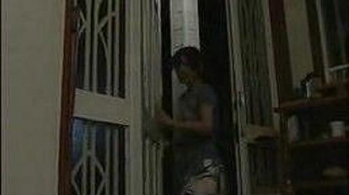 一見幸せそうな夫婦、しかし何も知らないのは夫だけ。入浴中、嫁は玄関裏で不倫男と野外でSEXをしている!