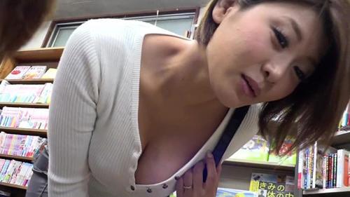欲求不満の人妻が、本屋で参考書読んでるマジメ学生にエロ本見せつけ楽しんでる