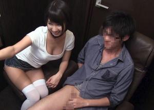 『何してるんですか♥』個室ビデオ店に有名女優がいきなり登場で、個室ブースでいきなりおしゃぶりww