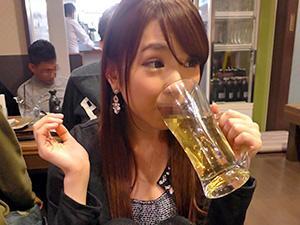 『おちんちん、おっきい♥♥』お酒が入ると無敵エロモードに突入するヤリマン女が酔ってチンポをフェラ!!