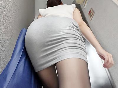 「ケツでけえぇぇ!!」近所の人妻を自宅に招き入れて、無防備なデカ尻の服をひん剥いて即パコ!!