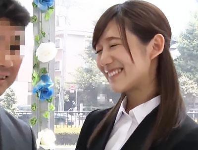 「緊張しています..♥♥」職場の同僚と日本一エロ~い車の中で2人っきりで抑えて性欲は爆発してエッチするww