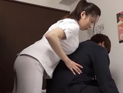 「気持ちいいですか?」ずっと股間を密着させる巨乳な女性従業員にムラムラして、セックスを要求するww