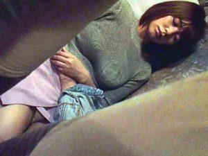 〖痴漢レイプ〗眠った美女が車内夜這いされて、スローピストンSEXに酔いしれるお姉さん!!