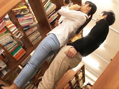 「触らないで!!」図書館で真面目に働く司書のケツを揉んで、エスカレートする痴漢師はやりたい放題ww