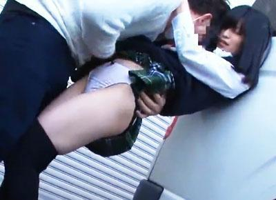 「離してください!!」大人しそうな見た目とは正反対に強い抵抗を見せる少女も、痴漢師にレイプされる!!