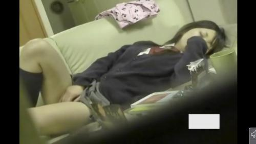 【盗撮】リビングに仕掛けた隠しカメラに制服を着たまま必死にオナニーする妹の姿が映ってた!