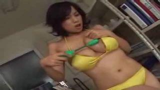 【杉山圭】黄色いビキニの巨乳娘がローターバイブオナニー