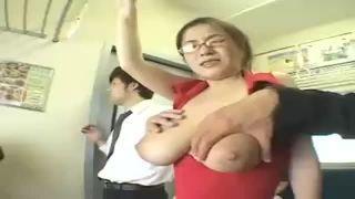 【大浦あんな】電車でおっぱいを痴漢に揉みしだかれる