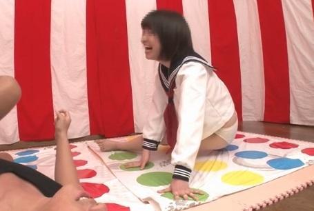 【羞恥】ポロリ連発!学校帰りの女子校生がお小遣いをかけてツイスター野球拳に挑戦ww