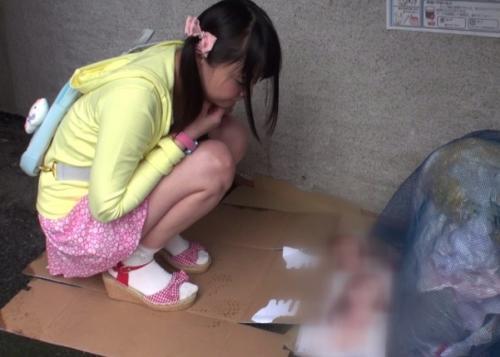 仕掛けで置いたエロ本に夢中になってる女子小学生を襲撃!濡れちゃってる子供マンコに媚薬チンポをねじ込んで…