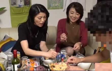 お料理教室で仲良くなった熟女(47歳と53歳)をヤリ部屋に連れ込んで股を開かせたイケメン男子のハメ撮り動画