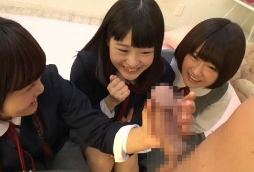 【センズリ鑑賞】『ぎゃあぁぁ!見ちゃった!』修学旅行中の女子中学生3人組が初めて勃起チンポを見た反応ww