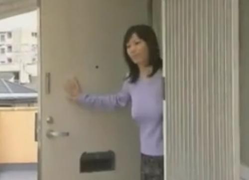 【ヘンリー塚本】旦那を送り出した後、マンコを洗って隣のアパートのデカチン男に抱かれに行く団地妻