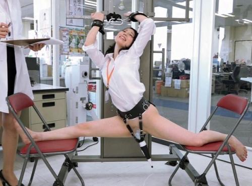 職場の同僚の前なのに潮吹き絶頂!新型電マの威力を出勤してきたSOD女子社員を拘束して実験してみたww