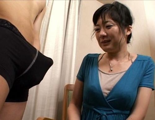 【センズリ鑑賞】『さ、触わってみたいです…』人生で初めて夫以外のチンポを見た四十路主婦の反応www