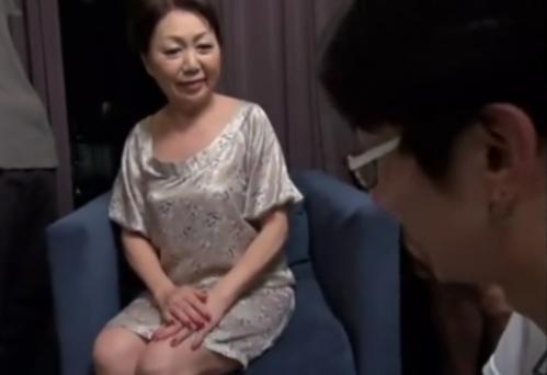 【熟女初撮り】『おばあちゃんとセックスしてくれるの!』初めてナンパされて興奮した六十路ババア、若いスタッフを巻き込んで乱交へww