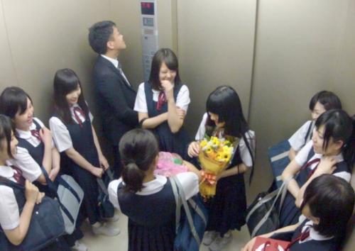 【閲覧注意】いつも馬鹿にされてる教え子10人とエレベーターに閉じ込められた中学教師が復讐のレイプへ!
