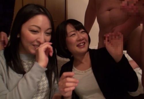 【人妻ナンパ】昼間の居酒屋で声をかけたホロ酔いママ友2人組をヤリ部屋に連れ込んでチンポ見せてみたw
