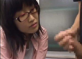 【素人ナンパ】『咥えたいですか?』→『…はい』初めて見る男のオナニーに我慢できなくなった眼鏡ブスw